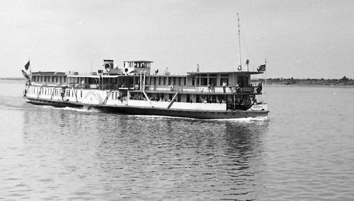 Колёсный пароход на Каме.