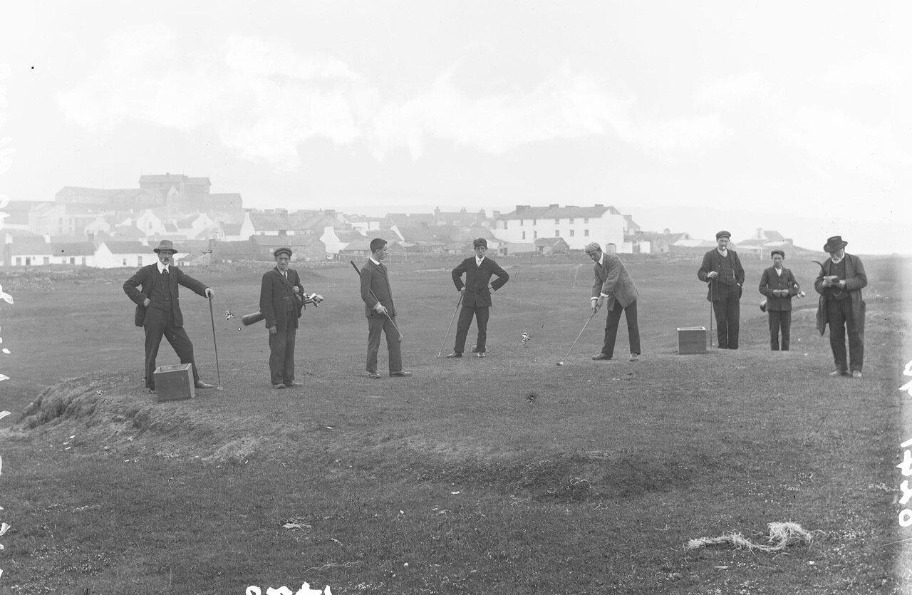 Восемь игроков в гольф в Лаинче, графство Клэр. 1897.