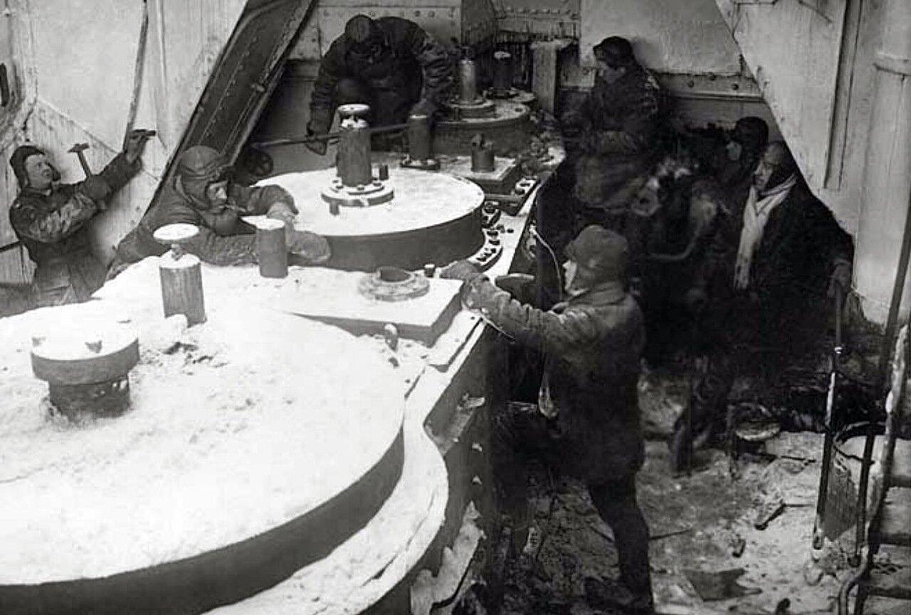 1934. Работы по демонтажу силовой установки парохода «Кинник», раздавленного льдами у побережья Югорского полуострова.