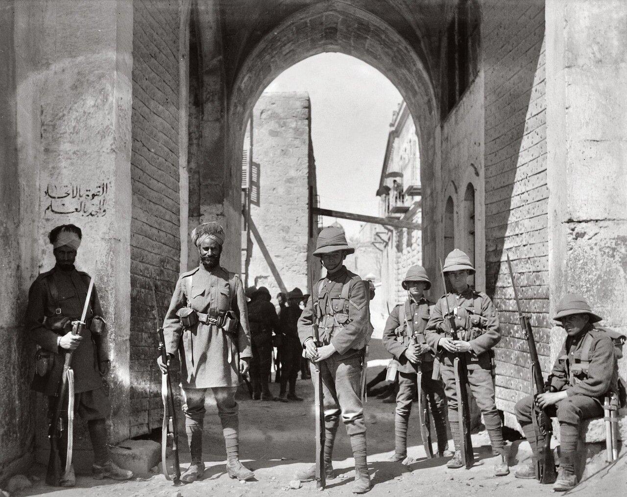 Индийские и британские охранники у ворот Св. Стефана. Иерусалим. 8 апреля 1920