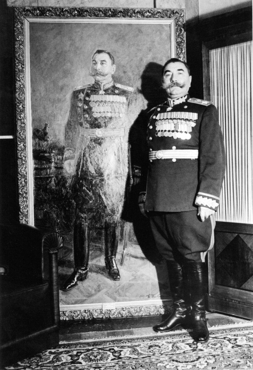 Маршал Семен Буденый у своего любимого портрета 1950-е