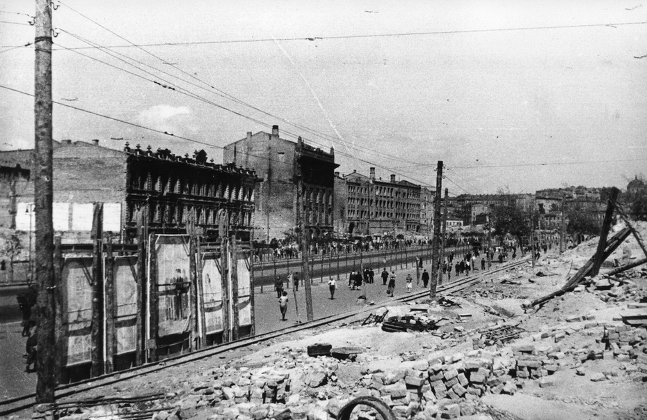 1946.04. Битые кирпичи от разрушенных зданий на нечетной стороне Хрещатика, временная трамвайная линия для вывоза мусора на Лыбидскую свалку