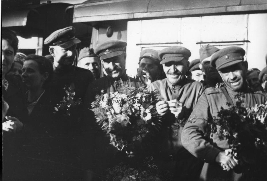 1945. Встреча демобилизованных воинов на Киевском вокзале
