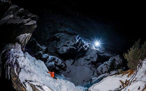 Замерзший водопад покорен под покровом темноты