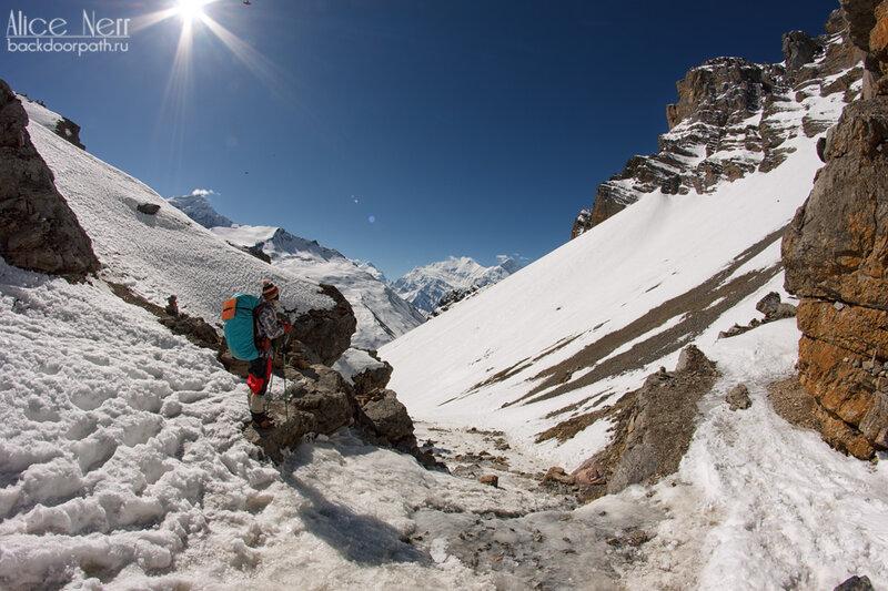 Впереди крутой спуск к Торонг-Педи, гималаи, горы, непал