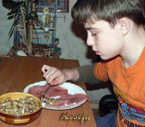 Свернуть мясо с начинкой рулетиками