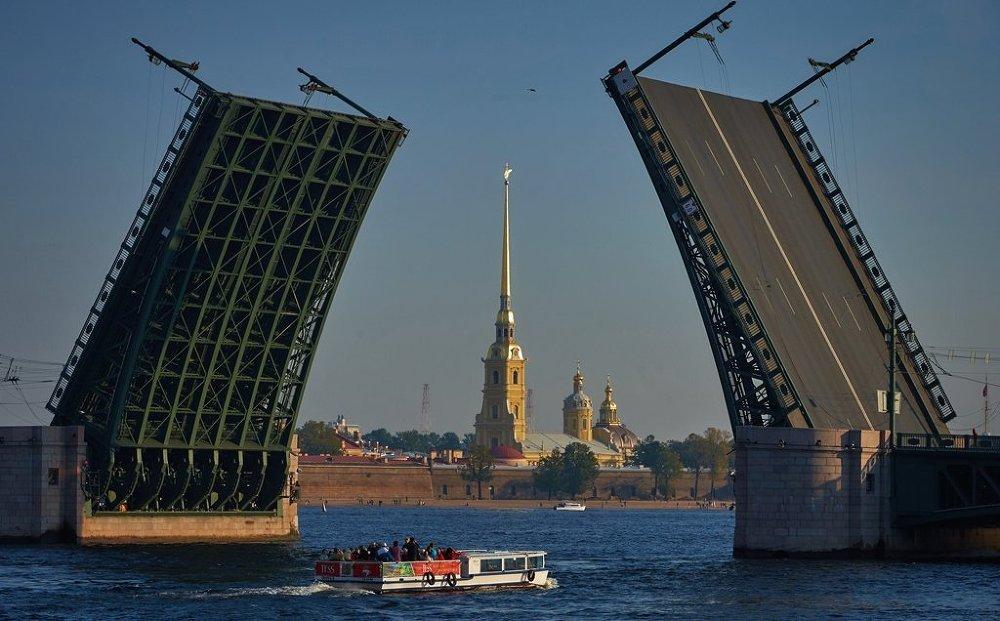 Исторический центр Санкт-Петербурга и связанные с ним группы памятников — первый в России (и СССР) о