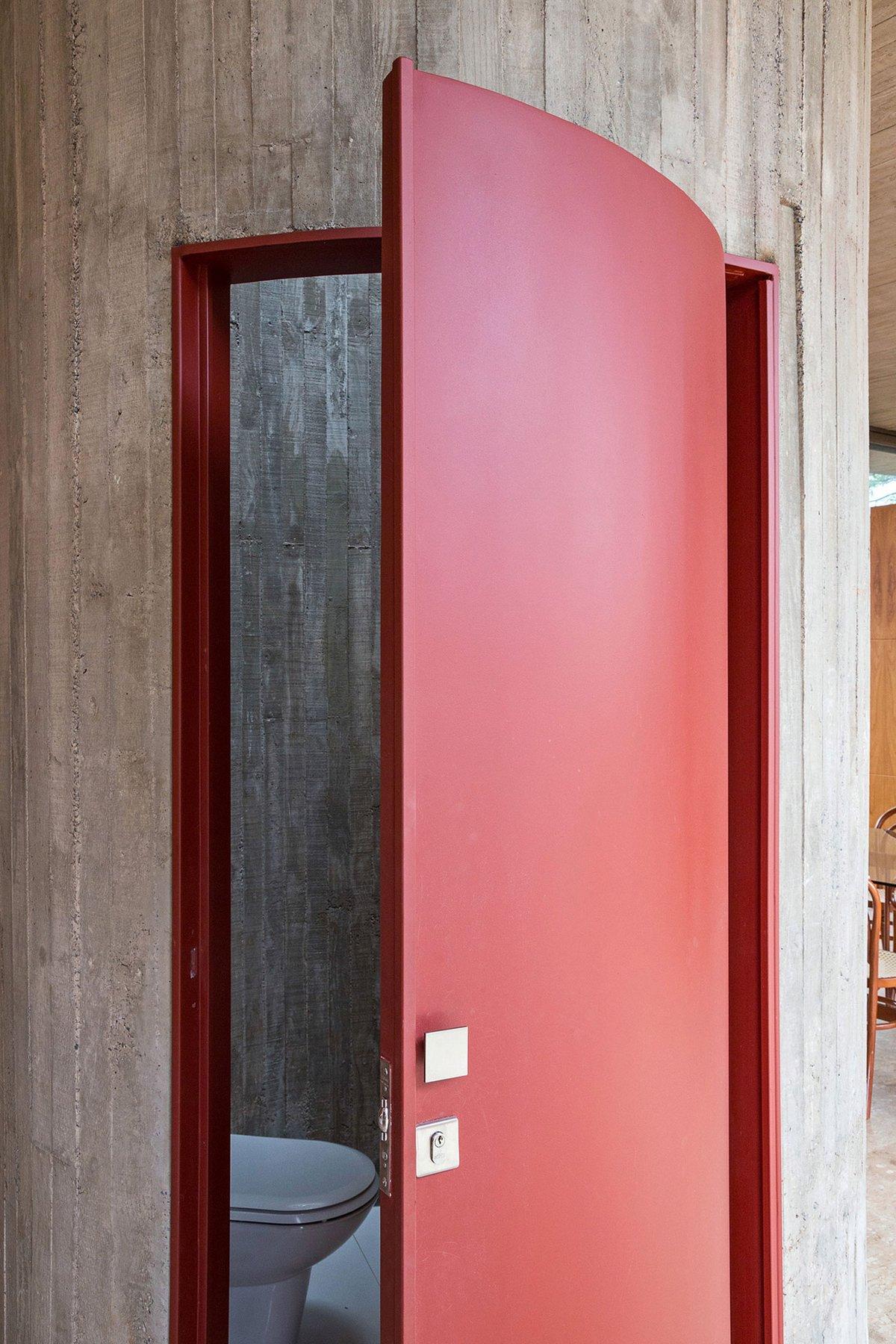 ATRIA Arquitetos, вилла бразилия, бразилия особняки, дизайн одноэтажный дом фото, оформление домашней библиотеки, перфорированное железо