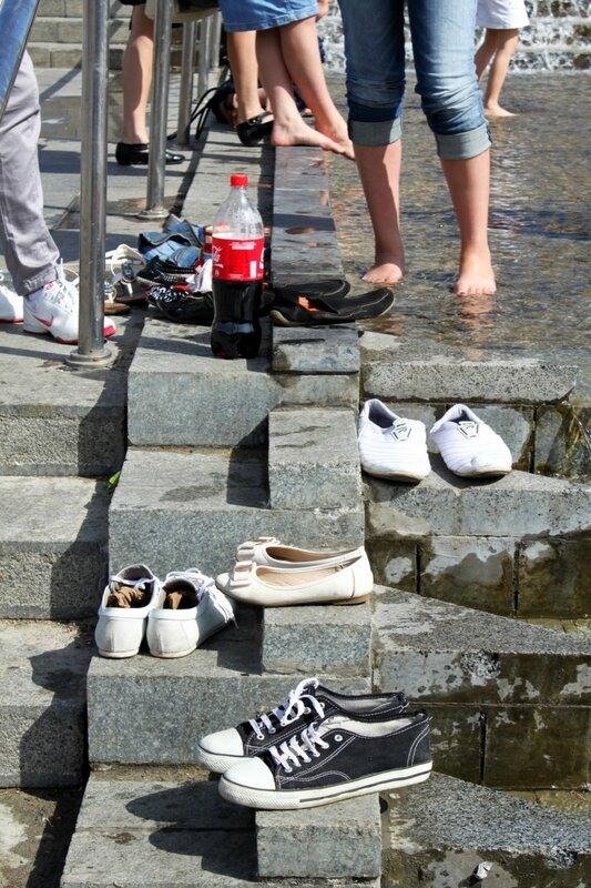 Обувь купальщиков в фонтане