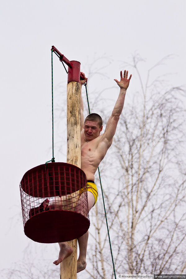Масленичный столб, на вершине | Масленица в Саранске 17.03.2013