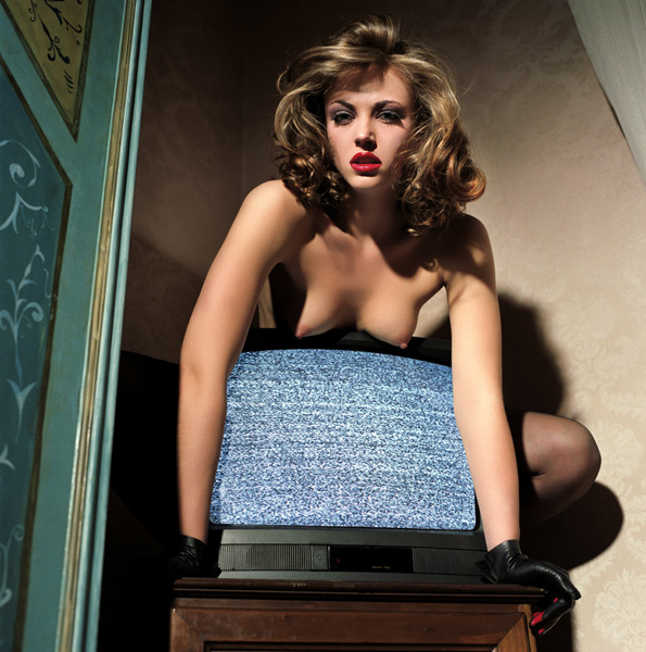 LINDA SITTING ON A BROKEN TV - фотограф Гвидо Арджентини / Guido Argentini