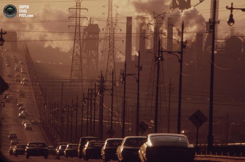 Кларк-авеню в промышленном смоге, Кливленд, штат Огайо, июль 1973 года