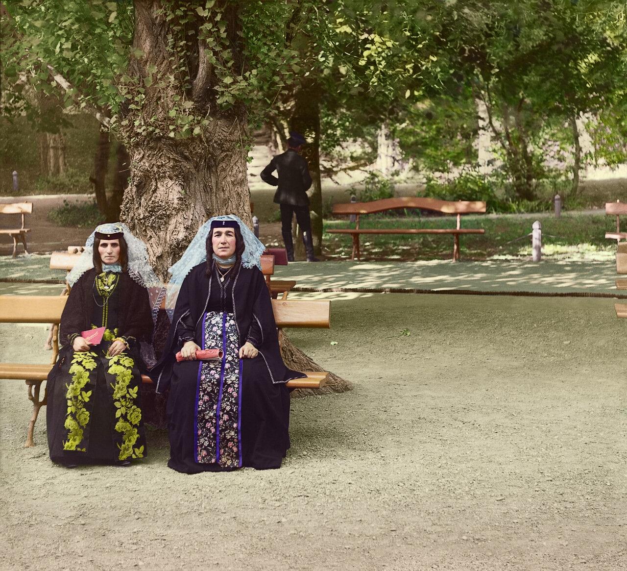 Грузинки в праздничном наряде. Боржомский парк
