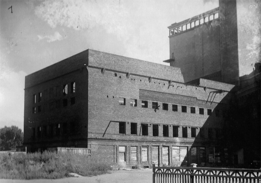 Левое крыло здания не было достроено, простояв в кирпичных стенах и без перекрытия еще и театральных работников
