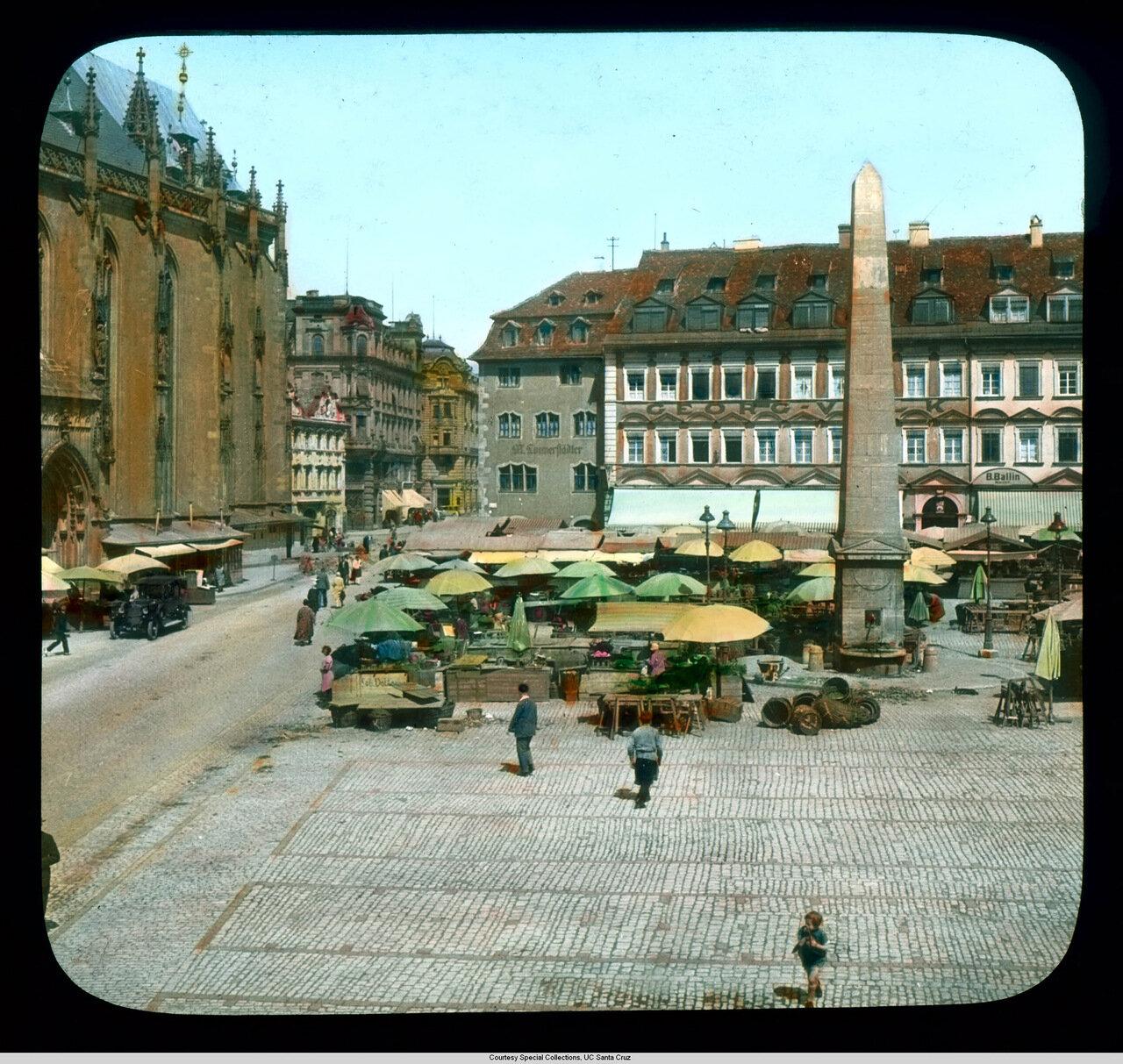 Вюрцбург. Рыночная площадь с часовней Святой Марии слева и обелиском в центре