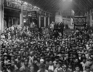 1920. Рабочие Путиловского завода на собрании, посвященном выборам в Петроградский совет