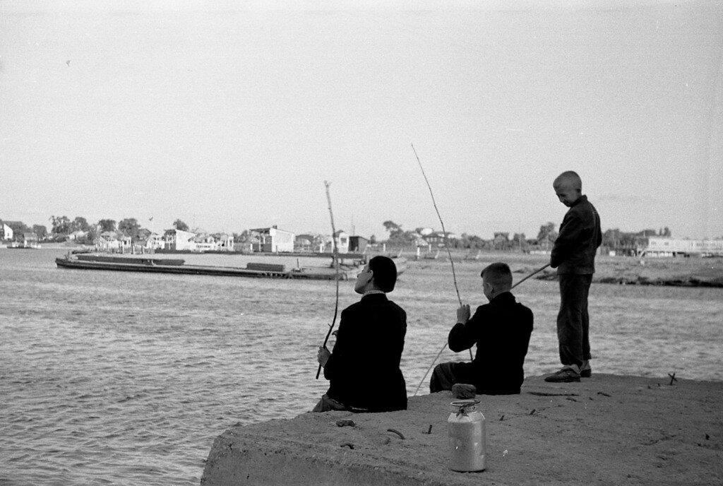 Мальчишки рыбачат