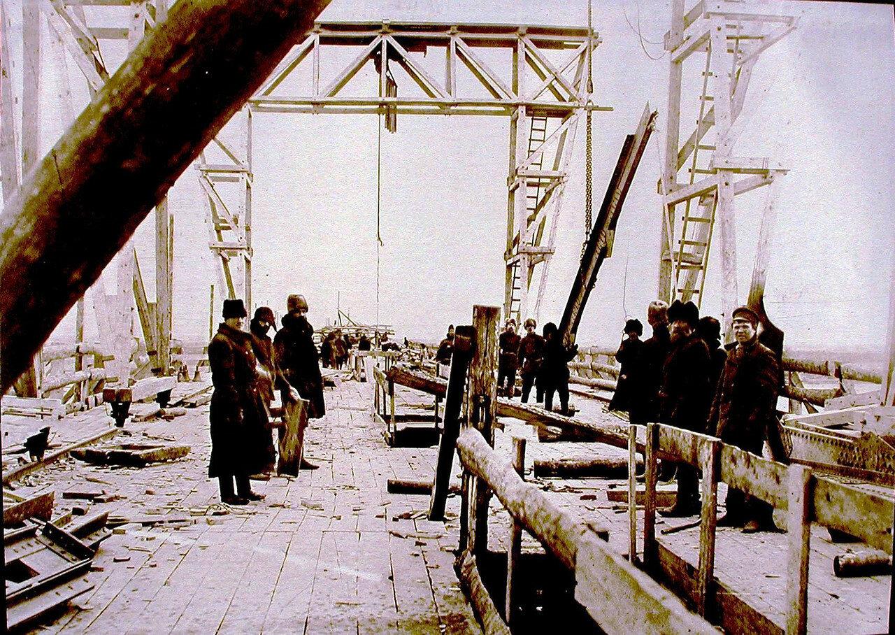 11. Рабочие за сборкой пролета №1 во время строительства моста через р.Зею.