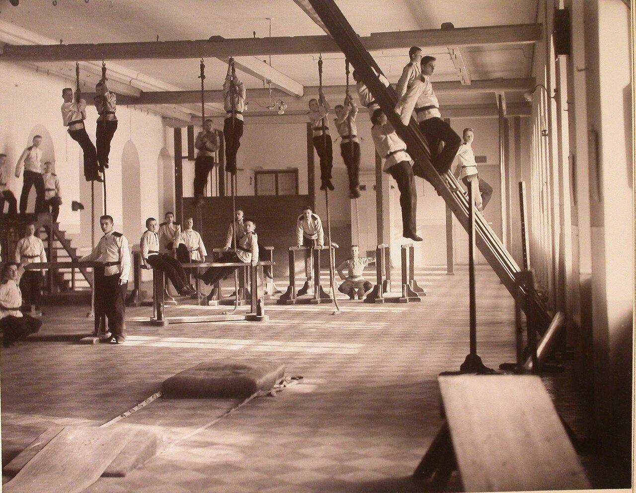 08. Воспитанники кадетского корпуса в гимнастическом зале во время занятий