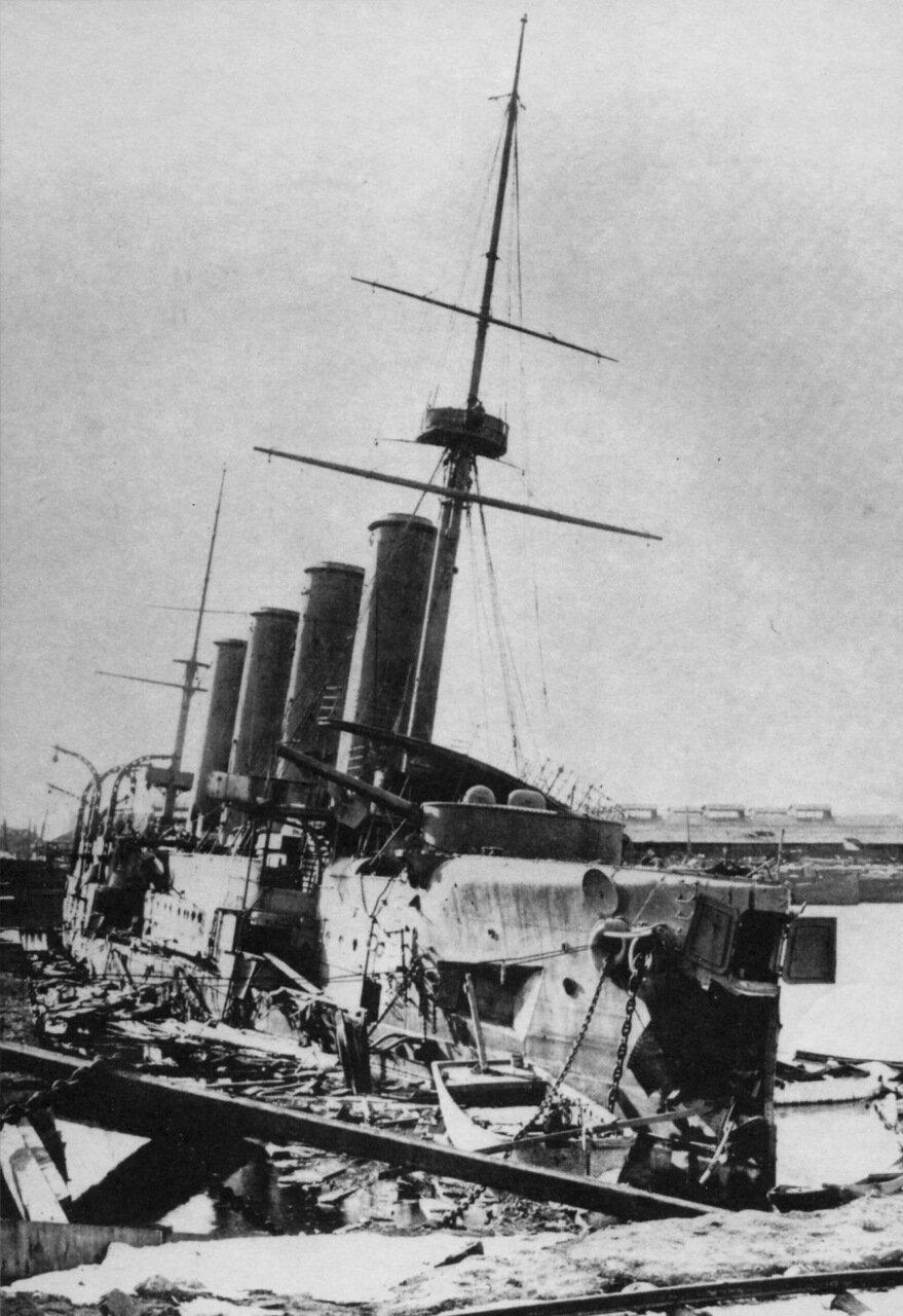 Крейсер Баян затопленный у стенки Восточного бассейна Порт-Артура, декабрь 1904 года