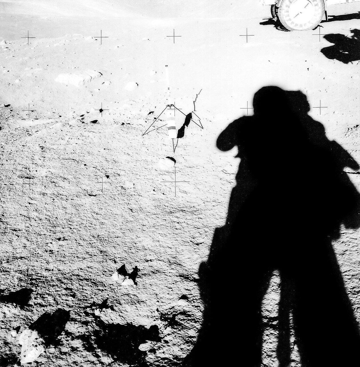 Ещё через 13 минут они подъехали к восточной кромке кратера Локоть. За 26 минут астронавты проехали 4,5 км, от места остановки до лунного модуля по прямой было 3,2 км