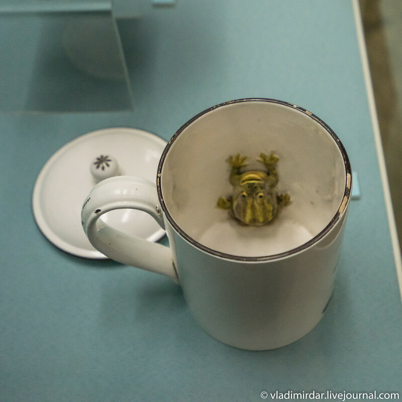 Кружка с крышкой с изображением улана и фигуркой лягушки внутри