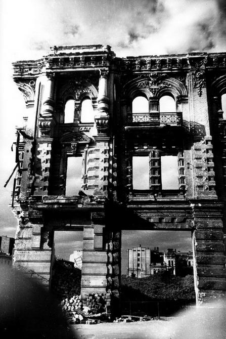 """1944. Руины гостиницы """"Континенталь"""" на улице Карла Маркса"""