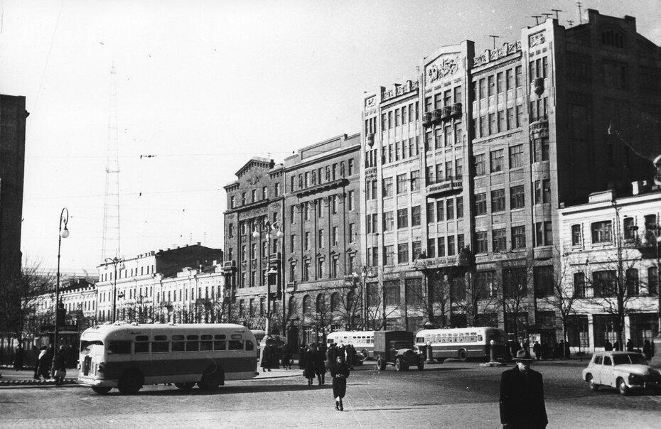 1955. Троллейбусы на площади Сталина (сейчас Европейская площадь)
