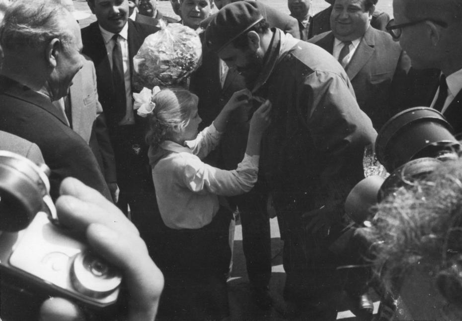 1963.05.21. Отъезд Фиделя Кастро - премьер-министра Кубы из Киева. Пионерка повязывает Фиделю Кастро пионерский галстук