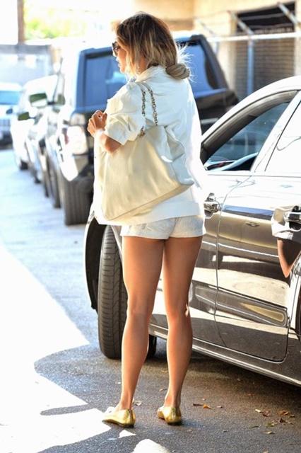 Ванесса Хадженс в шортиках ходит по Голливуду