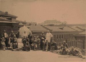Группа раненых офицеров на террасе лазарета принимает сонечные ванны.
