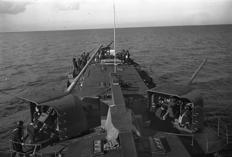Советская канонерская лодка «Лахта» Ладожской военной флотилии готовится открыть огонь по врагу