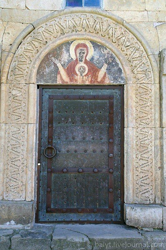 Собор в Гелати: резьба и роспись на северной двери