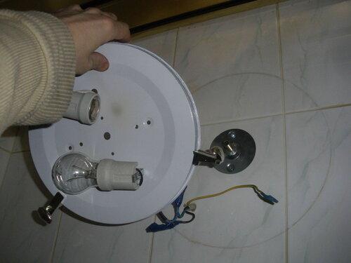 Фото 4. Светильник-тарелка, установленный на месте ранее вышедшего из строя светильника, идентичного двум предыдущим. Монтажная площадка круглой формы - наследство старого светильника со спотами.