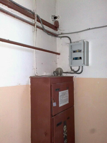 Фото 2. Магазин подключен от ГРЩ отдельным кабелем через щит арендатора, укомплектованный автоматическим выключателем (как теперь требует Правительство РФ). В щите арендатора автоматический выключатель сработал  из-за перегрузки.
