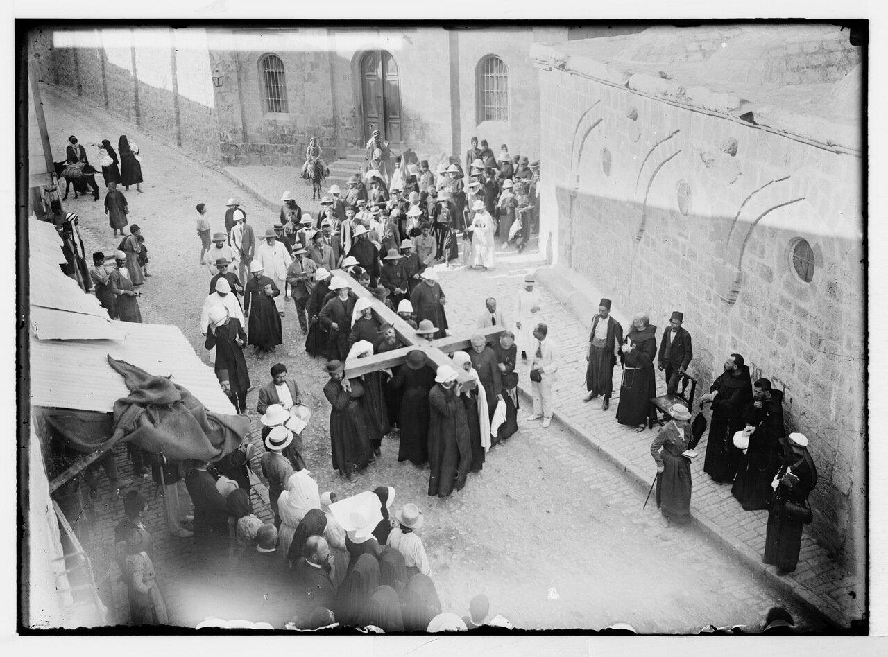 Виа Долороза. Паломники несут крест (приблизительно между 1900 и 1920 гг.)