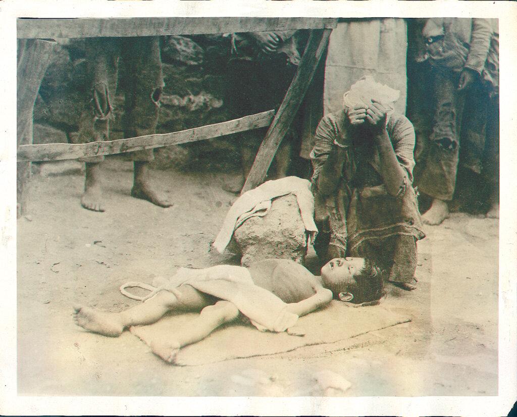 Голод в Армении. Уличная сцена в  Ереване. 1922 г.