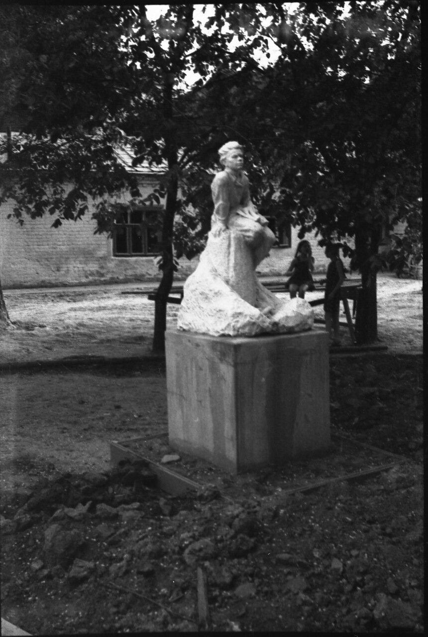 Памятник Пешкову у домика Каширина