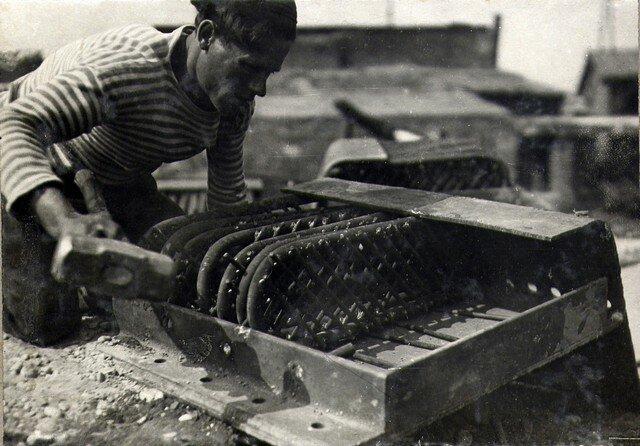 Установка арматуры в железобетонном наконечнике для дощатых кружал. Май 1935г.
