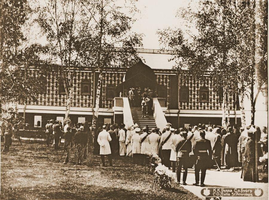 Николай II посетил палаты Романовых.