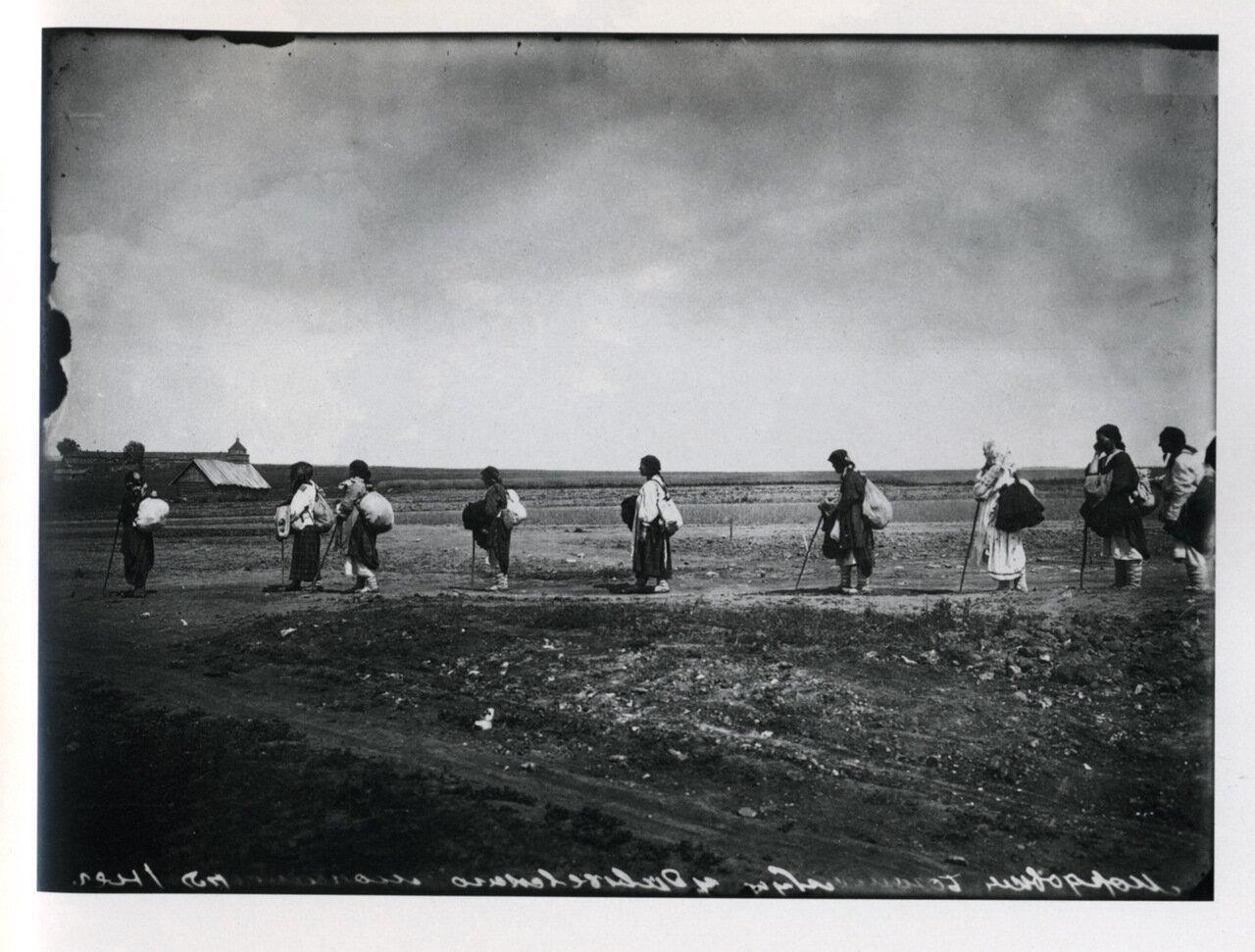Богомолки-мордовки, направляющиеся в Серафимо-Дивеевский женский монастырь. 1904.