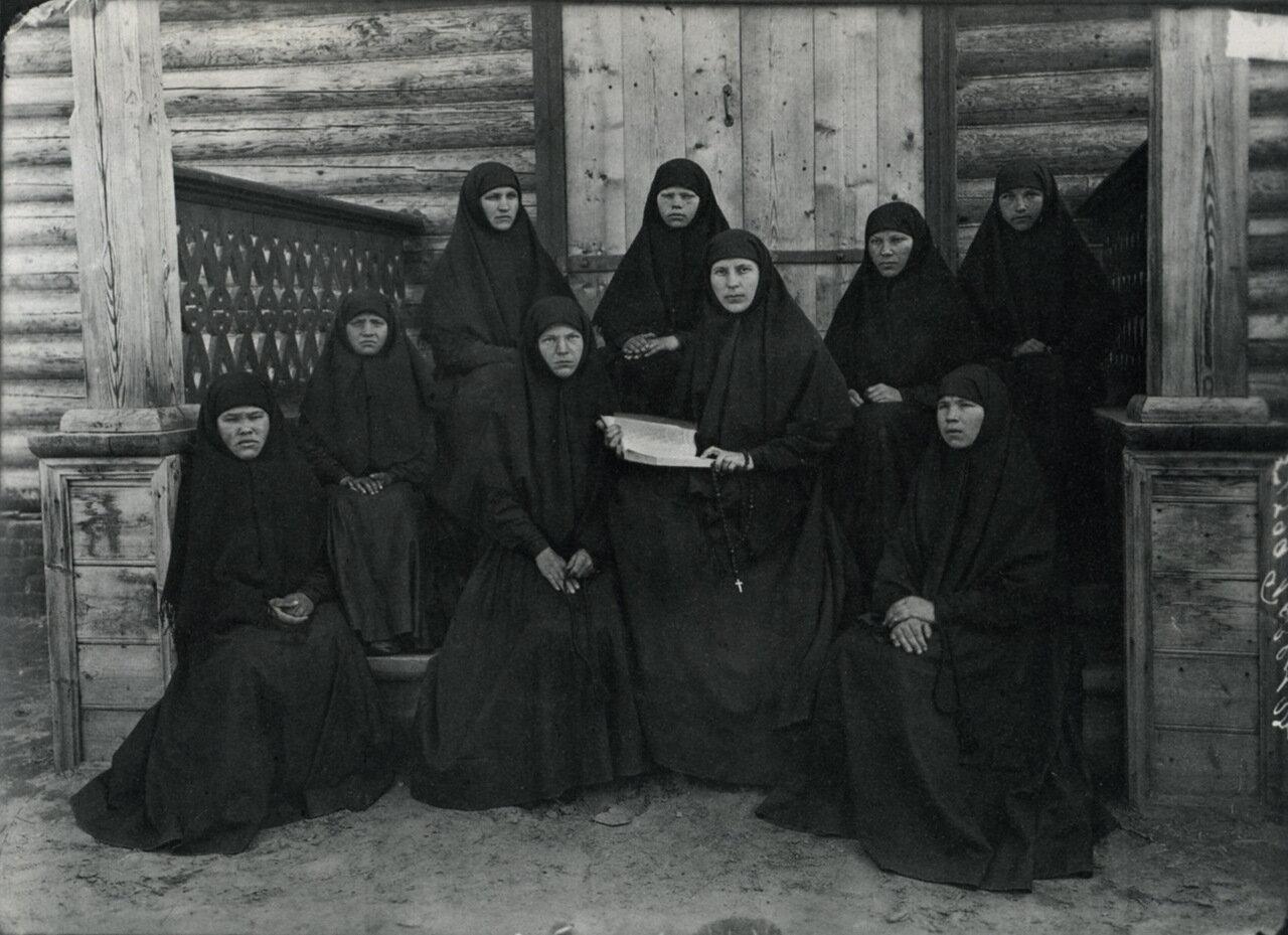 Группа монахинь на паперти. 1904