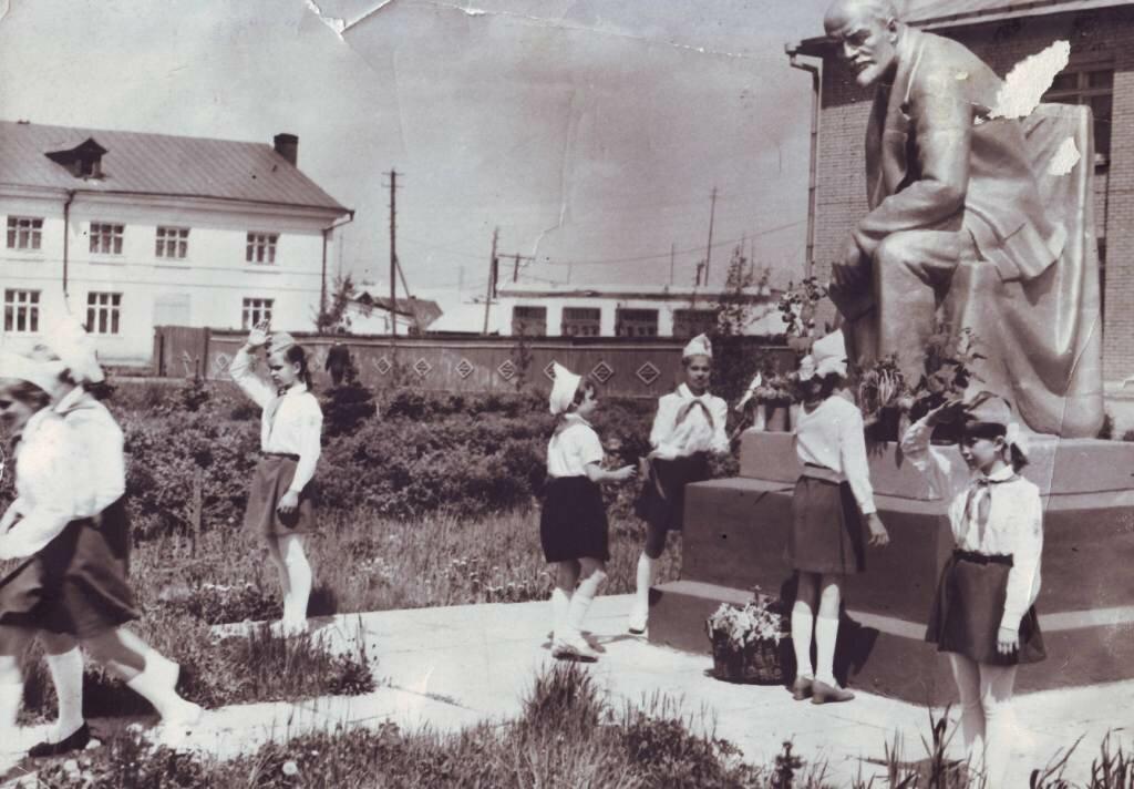 Пионеры у памятника В.И.Ленина