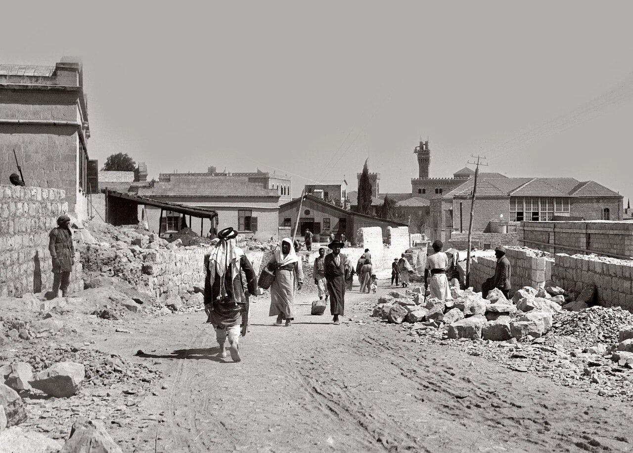 Люди на улице, вдали Итальянский госпиталь. Иерусалим. 1920