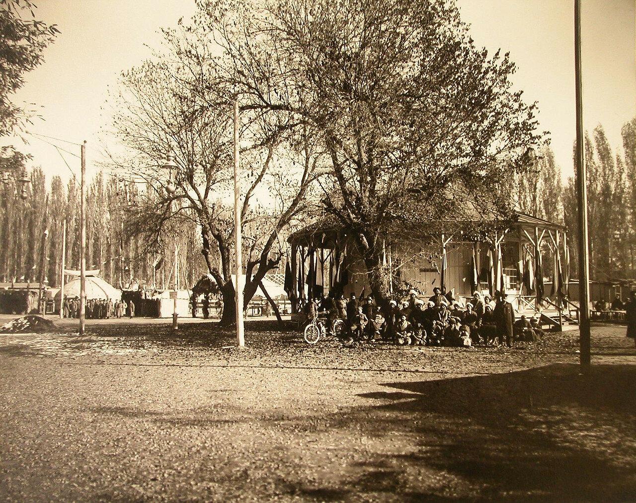 39. Группа местных жителей у входа в павильон Ташкентского городского управления