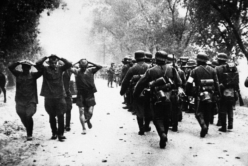 Пленные русские и немецкие солдаты