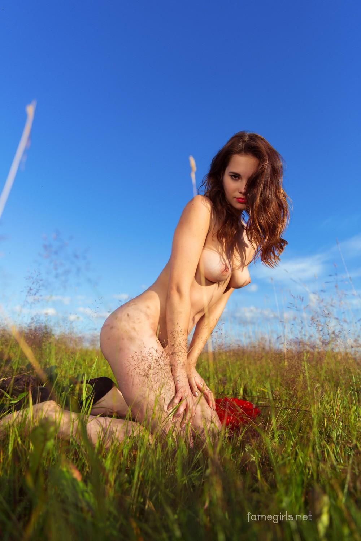 Диана разделась на поляне