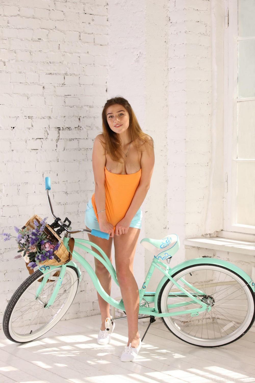 Горячая велосипедистка Foxy Salt