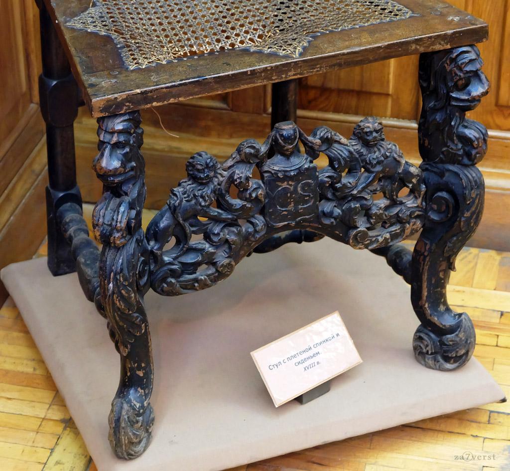 Домик Петра в Вологде, музей, стул с плетёной спинкой и сиденьем, XVIII век.