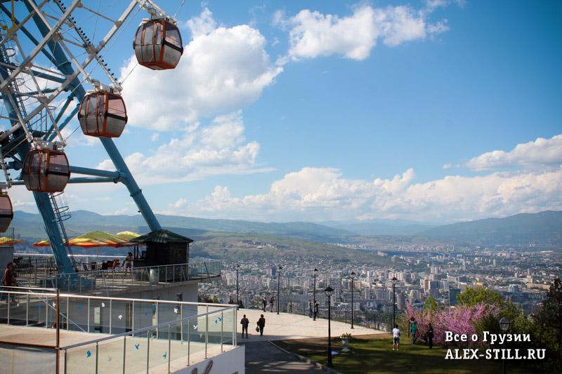 Отсюда открываются шикарные виды на Тбилиси